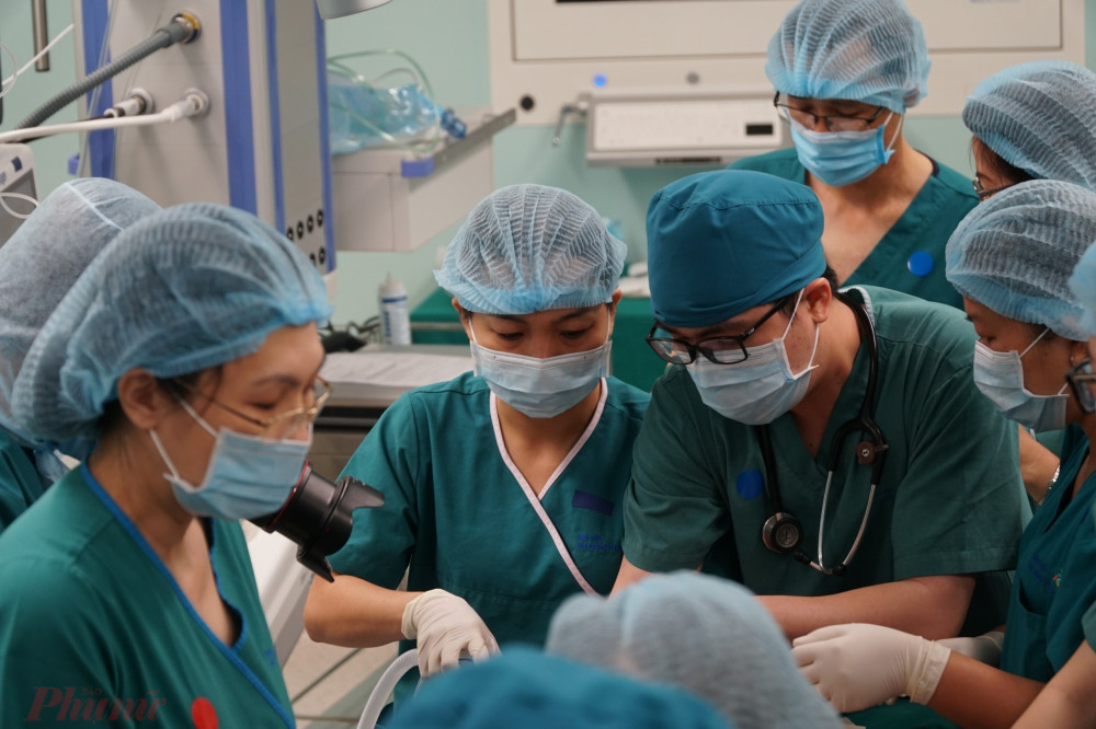 Khoảng 12g trưa, ê-kíp đầu tiên do TS.BS Trương Quang Định - Giám đốc Bệnh viện Nhi đồng Thành phố) trưởng ê-kíp đã thực hiện xong cuộc mổ tách phần mềm, tách xương cho bé Diệu Nhi - Trúc Nhi, ê-kíp bác sĩ thứ 2 chuẩn bị tiếp tục với phương pháp tiếp theo.