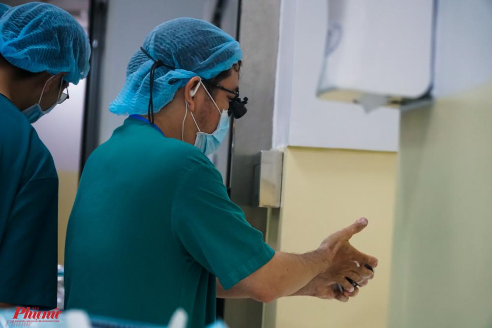 Nhóm bác sĩ hỗ trợ bóc tách Diệu Nhi cũng hoàn thành, các bác sĩ vệ sinh trước khi nghỉ ngơi, nhường phòng mổ cho ê-kíp thứ 2 do bác sĩ Mai Trọng Tường làm trưởng kíp
