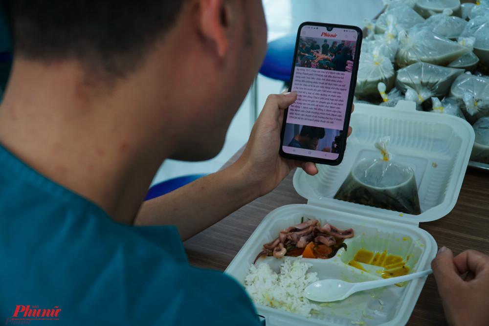 Vừa ăn cơm vừa tranh thủ bật link báo Phụ nữ Online để xem thông tin về Trúc Nhi - Diệu Nhi
