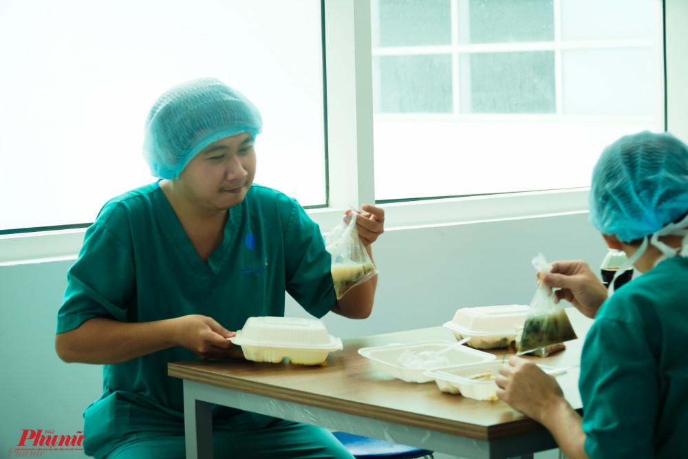 Vừa tranh thủ ăn uống, vừa bàn luận về ca phẫu thuật