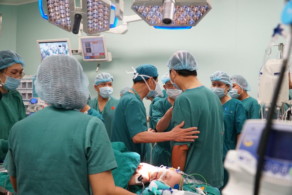 Mỗi ê-kíp mổ phải duy trì 20-30 người trong các nhóm mổ tại phòng mổ chính. Dự kiến đến 14g, hai bé sẽ được tách rời.