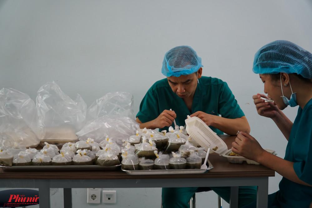 Vừa lấy canh, bác sĩ vừa vui vẻ cho biết:Tất cả những dị tật của 2 bé phù hợp với những dự liệu trước phẫu thuật. Sinh hiệu Trúc Nhi và Diệu Nhi hoàn toàn ổn định cho đến thời điểm này