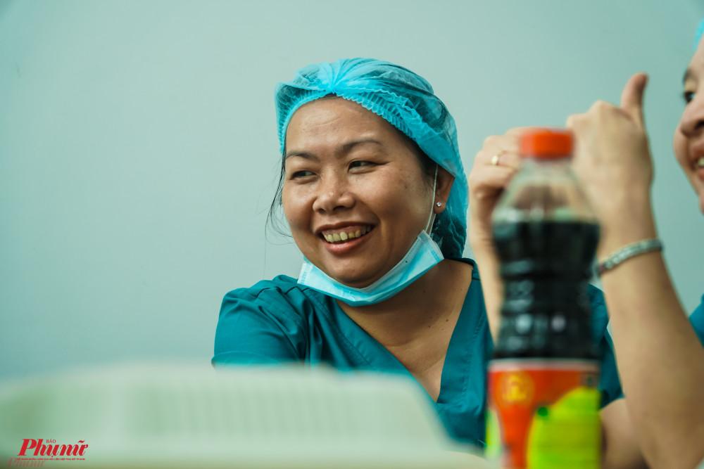 Nụ cười tươi rói của nhân viên y tế sau khi kết thúc ca mổ đầu