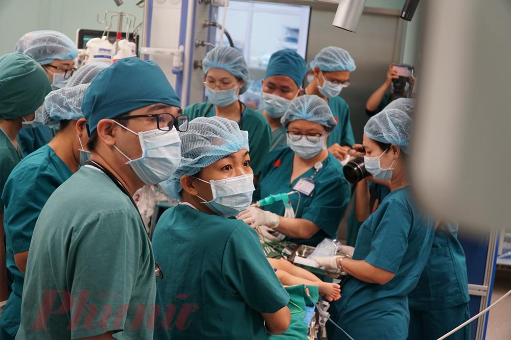 7g, các bé được ê-kíp bác sĩ chụp mê, chuẩn bị cho ca mổ lớn nhất cuộc đời mình.