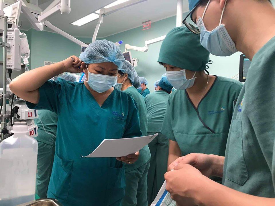 Ê-kíp bác sĩ kiểm tra lại lần cuối các thông tin về hai bé trước khi thực hiện ca mổ