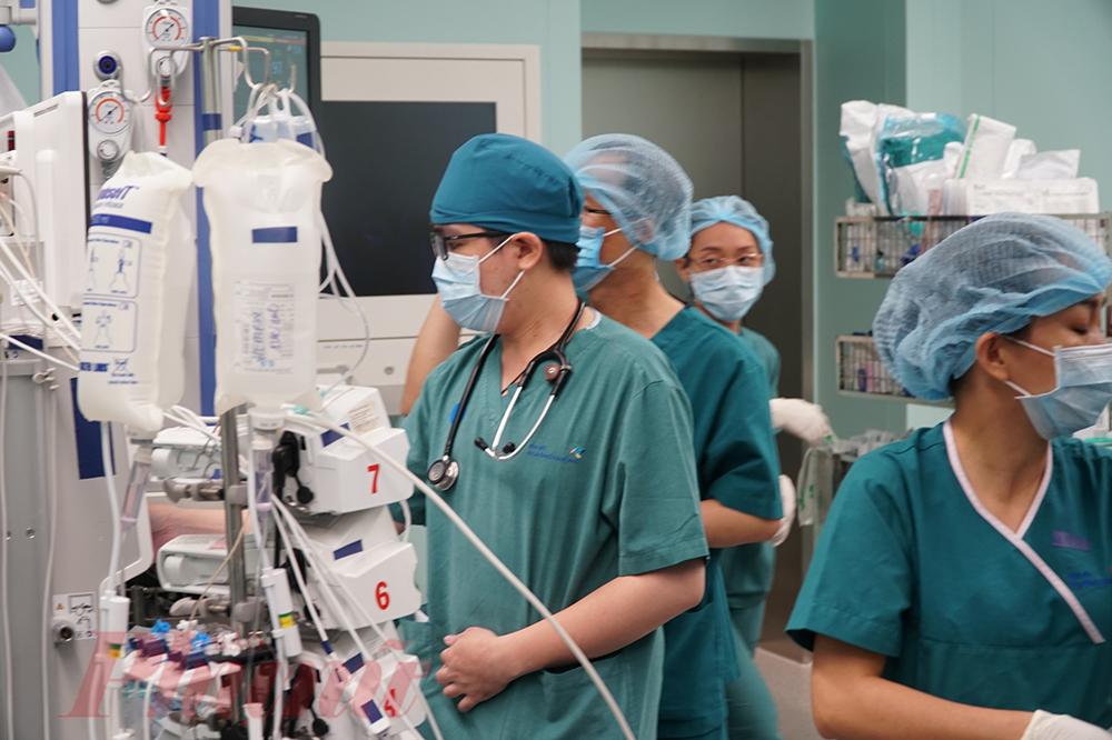 Hơn 100 bác sĩ chia làm nhiều ê-kíp theo dõi sát từng sinh hiệu cho các bé, đảm bảo an toàn tốt nhất cho Trúc Nhi - Diệu Nhi
