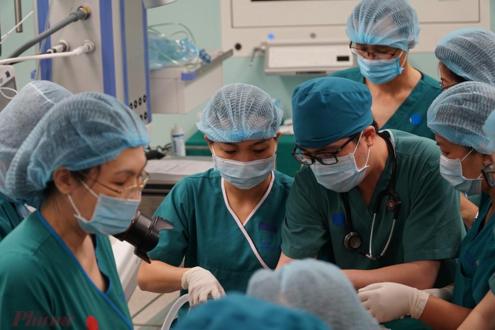 Cả TPHCM đang hướng về hai bé, cùng nguyện cầu cho ca phẫu thuật thành công tốt đẹp.
