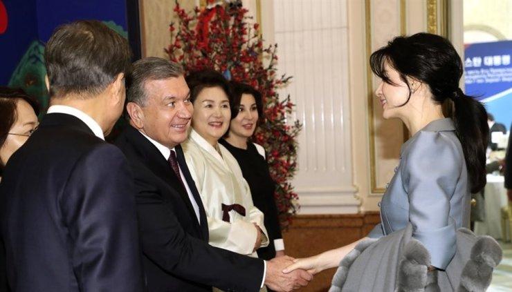 Nữ diễn viên Hàn Quốc Lee Young Ae bắt tay với Tổng thống Uzbekistan Shavkat Mirziyoyev trong một bữa tiệc chiêu đãi do Tổng thống Moon Jae-in tổ chức tại Cheong Wa Dae vào tháng 11 năm 2017. Đệ nhất phu nhân Uzbekistan Ziokkhon Hoshimova, thứ tư từ bên trái, đã gửi thư gần đây để cảm ơn Lee vai diễn của cô trong Saimdang, Hồi ức của màu sắc, một bộ phim truyền hình K có kinh phí lớn mà cô tham gia vào năm 2017, hiện đang được phát sóng miễn phí tại Uzbekistan.