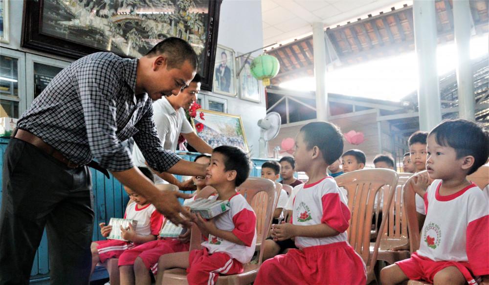 Niềm vui nhận sữa từ chương trình Quỹ sữa Vươn cao Việt Nam của trẻ em Thừa Thiên Huế.  Ảnh: Thanh Tuấn