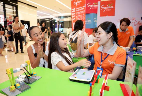 Bé Sol nhà Đoan Trang hào hứng với thử thách tại góc Robotics