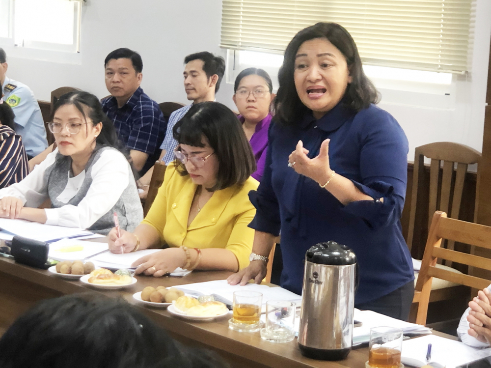 Bà Đỗ Thị Trúc Mai chia sẻ kinh nghiệm tuyên truyền  xây dựng văn hóa gia đình tại Q.4 với đoàn giám sát  chiều 16/7 - Ảnh: Quốc Ngọc