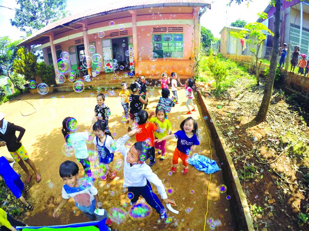 Các em nhỏ vùng sâu vùng xa rạng rỡ khi được tham gia những trò chơi do các anh chị Sunbox tổ chức