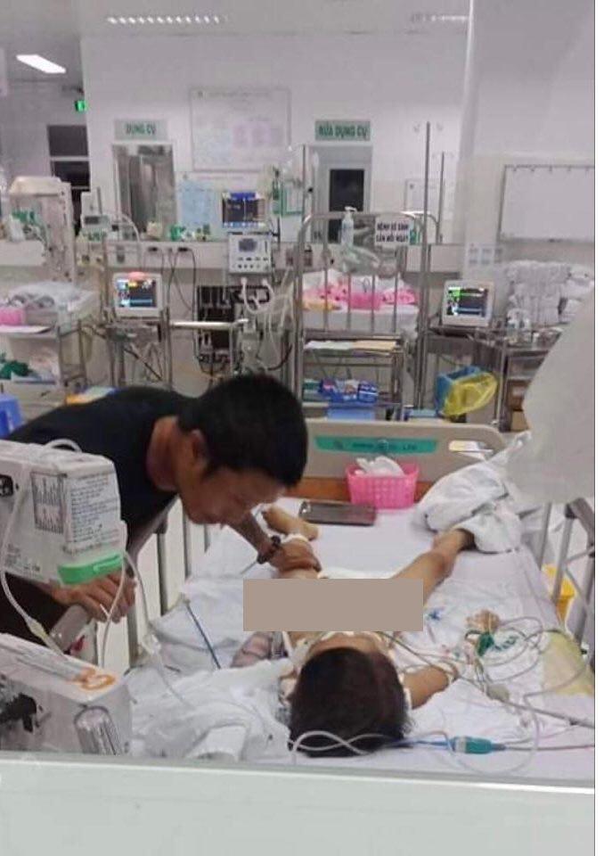 Bé C. đang được cấp cứu tại bệnh viện Nhi Đồng 2 trong tình trạng nguy kịch