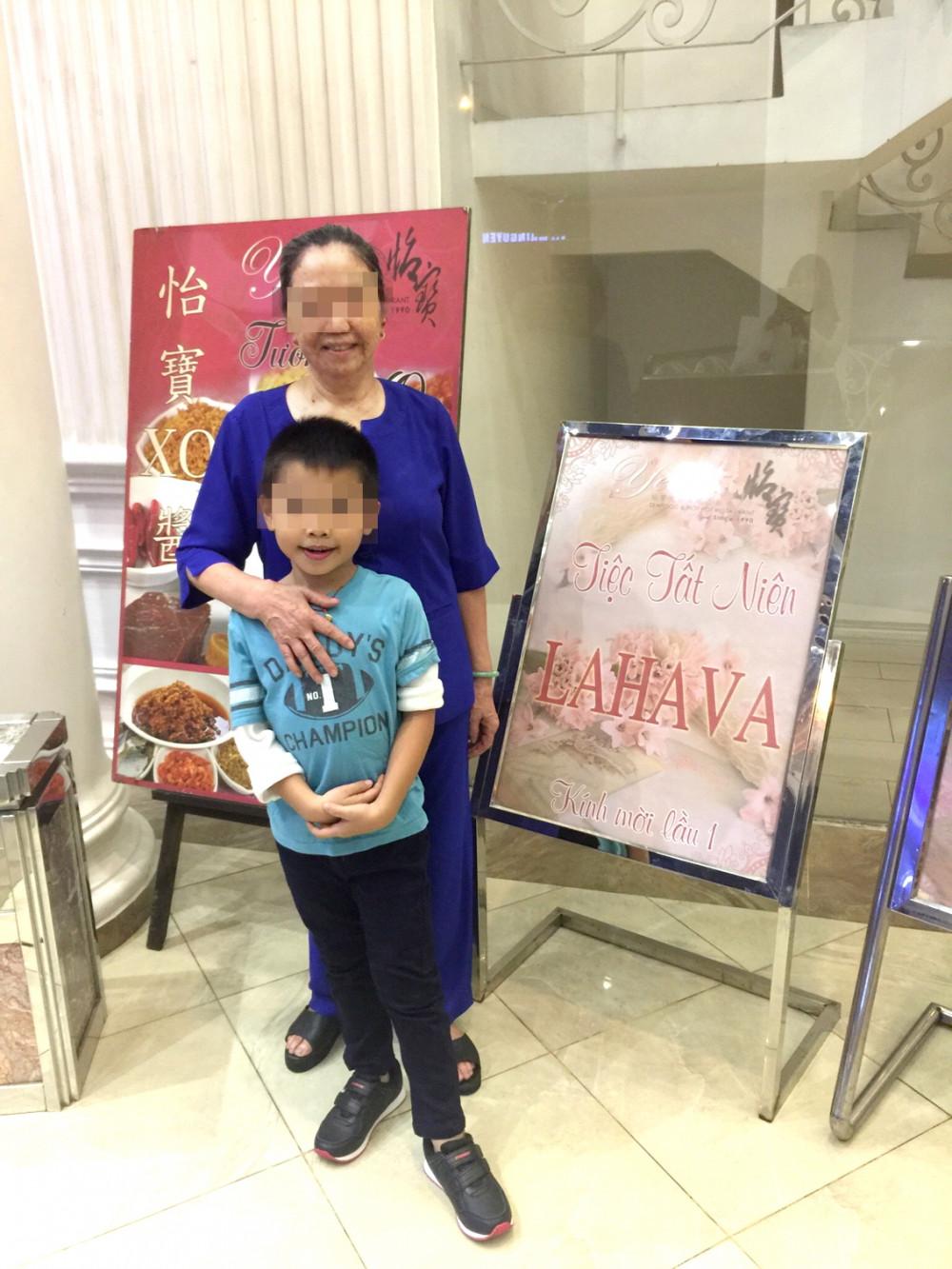 Bà H. vui với con cháu nhờ sự lạc quan và chế độ dinh dưỡng phù hợp suốt 13 năm chiến đấu với bệnh ung thư - Ảnh: Gia đình bệnh nhân cung cấp