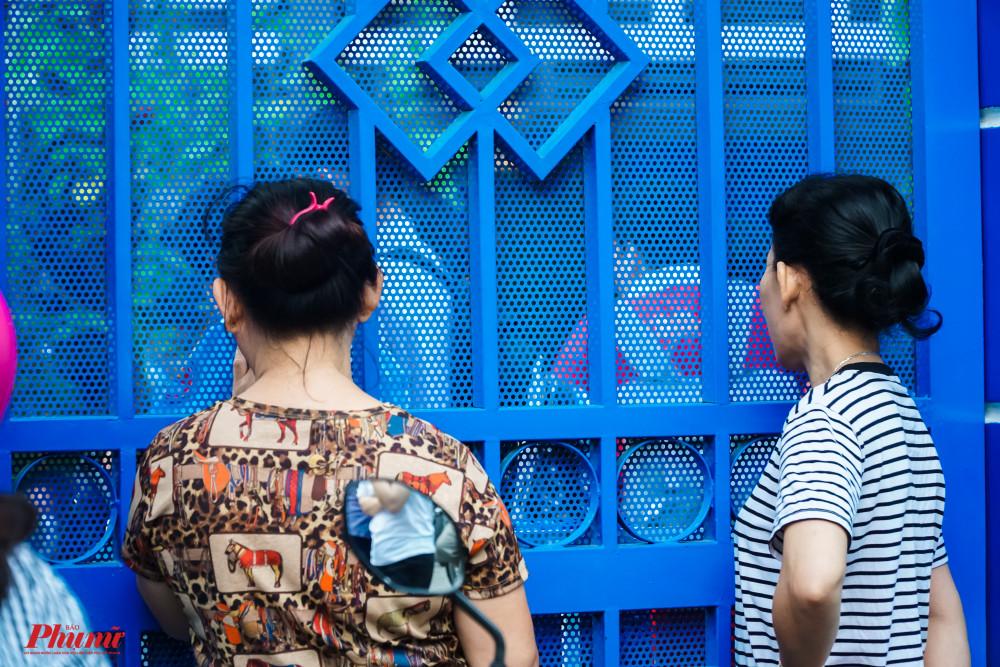 bảo vệ khuyên phụ huynh nên đi về và hẹn 10g đến đớn, nhưng nhiều phụ huynh vẫn bám trụ quan sát con từ sau cánh cổng trường