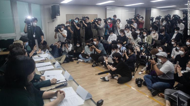 Một buổi họp báo của các nhóm dân quyền đại diện cho nạn nhân.