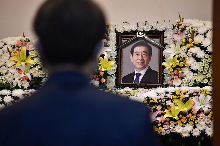 Cái chết của ông Park tạo nên hai luồng dư luận trái chiều tại Hàn Quốc, nhưng câu trả lời cuối cùng chắc chắn chỉ có một, và chính quyền thành phố Seoul hứa sẽ điều tra độc lập về vụ việc.