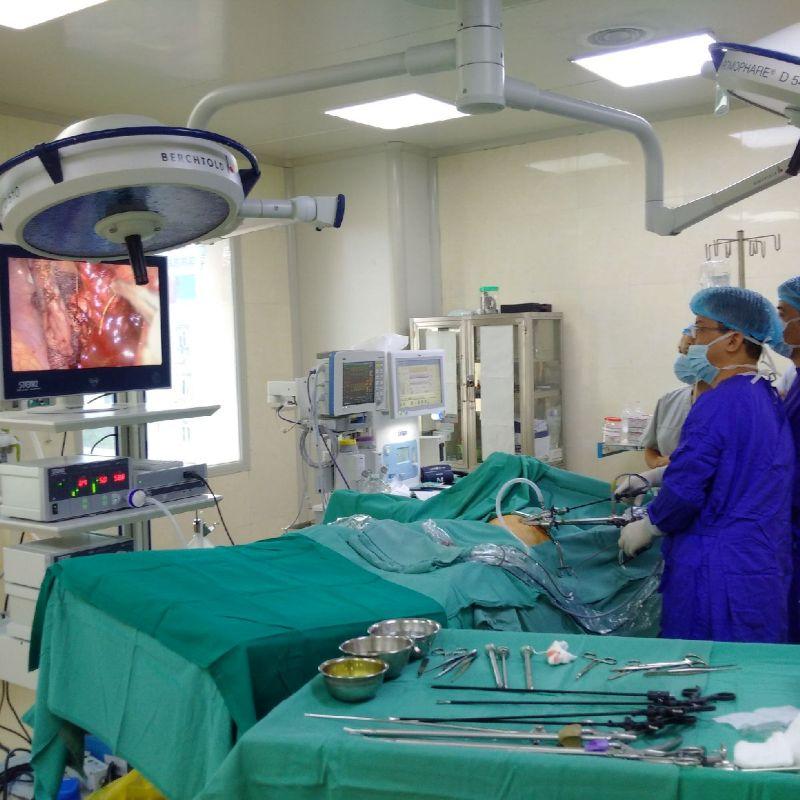 Các bác sĩ tiến hành phẫu thuật và phát hiện xương cá sắc nhọn đâm thủng ruột thừa