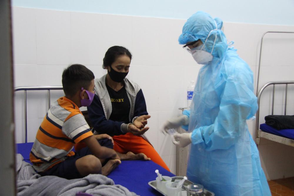 Trung tâm Y tế huyện Cư M'gar đang điều trị cho các trường hợp dương tính với bạch hầu