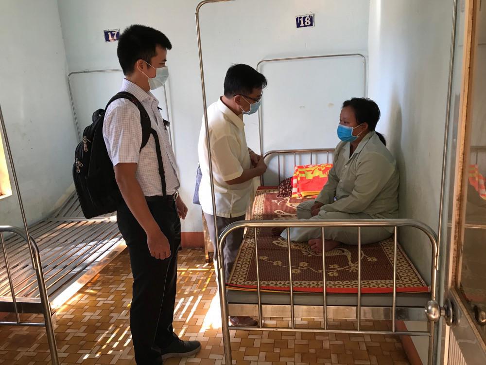 Các bác sĩ thăm khám cho bệnh nhân mắc bệnh bạch hầu