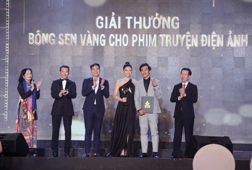 Ê-kíp thực hiện phim Song lang nhận giải thưởng tại kỳ LHP Việt Nam lần thứ 21.