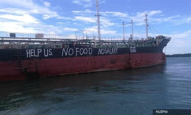 Các thủy thủ viết chữ cầu cứu trên mạn tàu Việt Tín 01. Ảnh:  Liên minh Thủy thủ Quốc gia Malaysia (NUSPM)