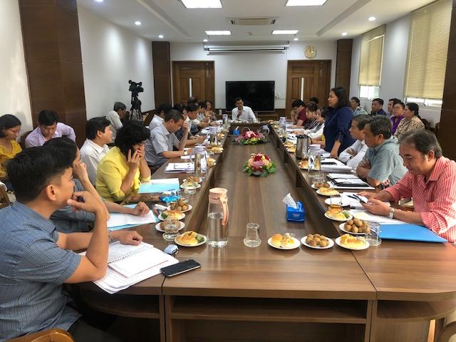Phó chủ tịch UBDN Q.4 Đỗ Thị Trúc Mai (đứng) trao đổi các nội dung đoàn giám sát đặt ra chiều 16/7. Ảnh: Quốc Ngọc
