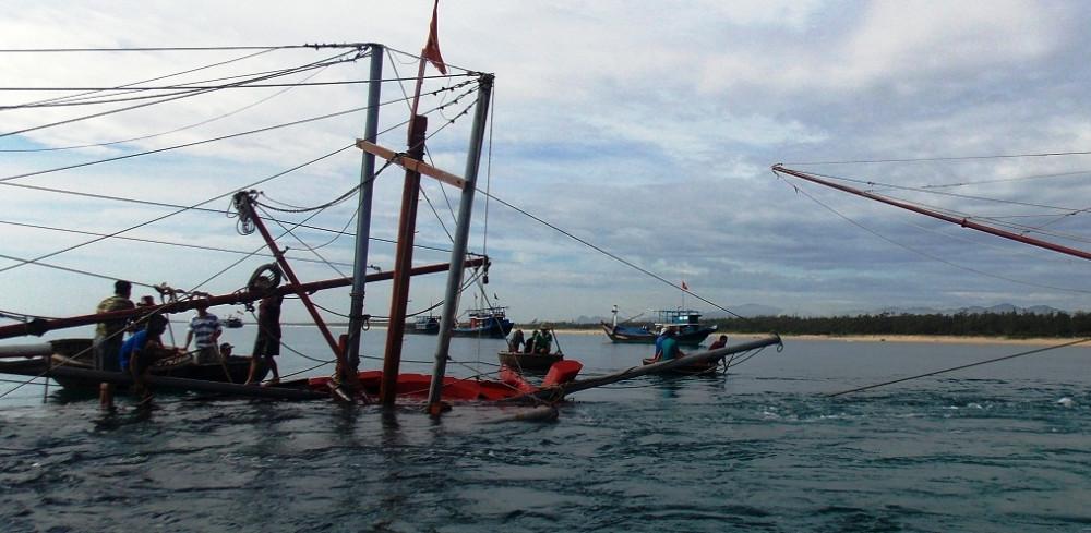 Sau khi đâm chìm tàu cá của ngư dân, tàu hàng bỏ mặc 6 ngư dân trên biển rồi bỏ đi. Ảnh minh họa