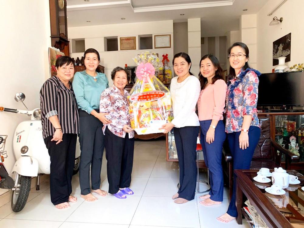Bà Nguyễn Trần Phượng Trân và đoàn cán bộ Hội LHPN TP.HCM đến thăm bà Đoàn Lê Hương - Chủ tịch Hội Phụ nữ Từ thiện TP.HCM