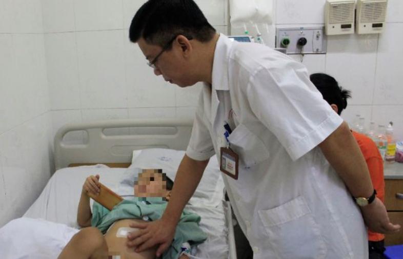 Bé trai 5 tuổi sốt cao, đau bụng vì xương cá du lịch khắp hệ tiêu hoa