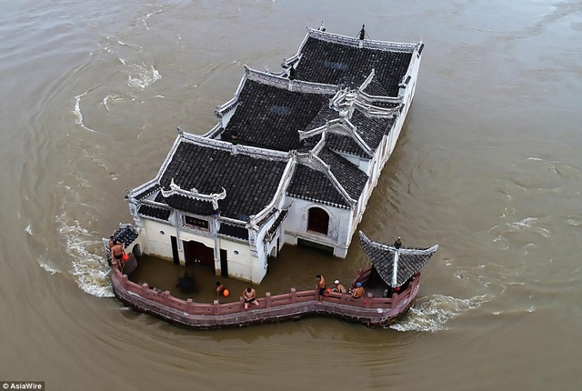 Ngôi chùa Quan Âm 700 năm tuổi ở tỉnh Hồ Bắc ngập chìm trong biển nước