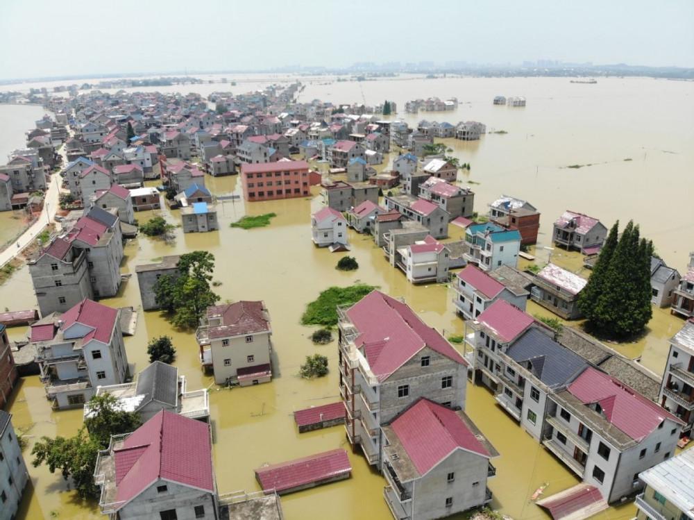 Bức ảnh chụp từ trên không hôm 17/7 cho thấy ngôi làng Đặng Gia thuộc quận Poyang, tỉnh Giang Tây của Trung Quốc, đang bị bao vây bởi lũ lụt.