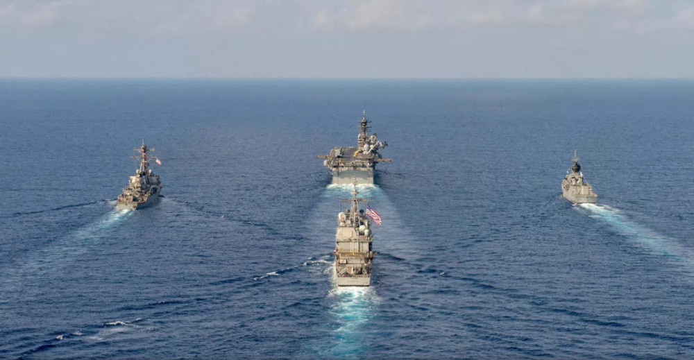 Tầu chở trực thăng HMAS Parramatta của Hải Quân Úc tập trận với tầu đổ bộ Mỹ USS America, khu trục hạm có tên lửa dẫn đường USS Barry và tầu USS Bunker Hill, tại Biển Đông, ngày 18/04/2020. © REUTERS - Australia Department Of Defence