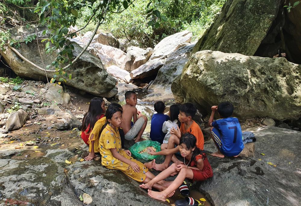 Các con suối trở thành điểm đến lý tưởng của trẻ nhỏ miền Tây Nghệ An mỗi trưa
