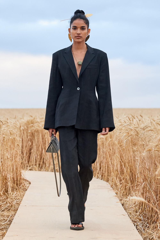 Vest dáng rộng, cầu vai to mang đến vẻ ngoài mạnh mẽ cho phái đep thông qua những thiết kế mới của Jacquemus.