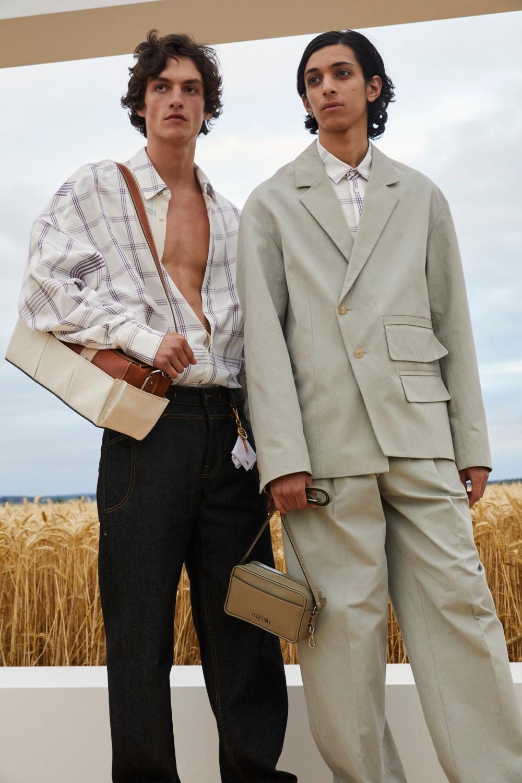NTK sử dụng phom dáng rộng, mang hơi thở cổ điển dành cho các thiết kế của nam giới.