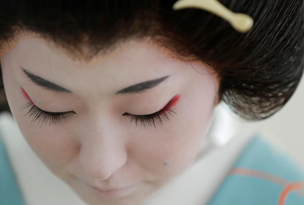 Koiku, một geisha, chuẩn bị làm việc tại một bữa tiệc sang trọng trong đợt dịch COVID-19.
