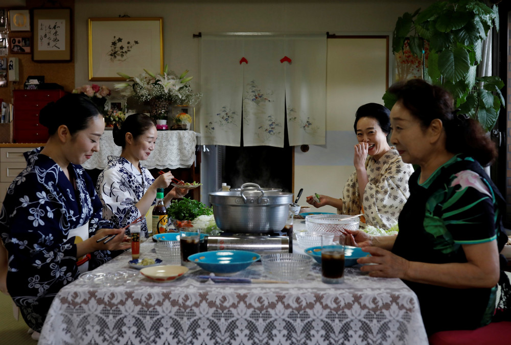 Koiku, Mayu, Maki và Ikuko, ăn trưa cùng nhau tại Tokyo.
