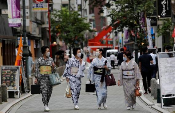 Những nàng geisha dạo bước trên phố sau lớp học nhảy.