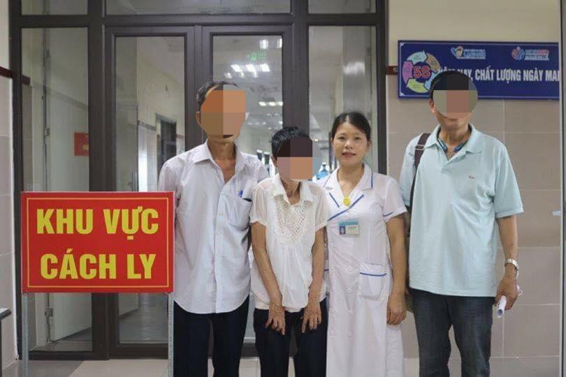Cán bộ y tế của Bệnh viện Đa khoa Lạng Sơn tổ chức lễ bàn giao bà Huệ về với gia đình sau 24 năm thất lạc