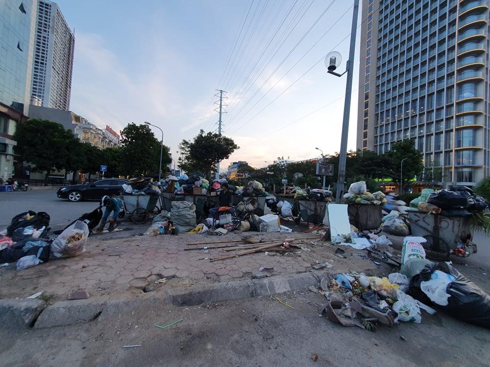 Nhiều tuyến phố ngập rác do xe rác vào bãi Nam Sơn bị chặn.