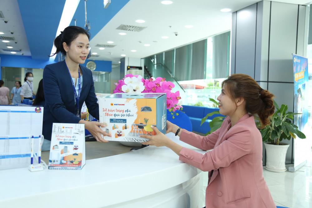 """Khách hàng nhận quà khi tham gia chương trình """"Tiết kiệm trúng nhà - nhận quà sức khỏe"""" của Vietbank"""