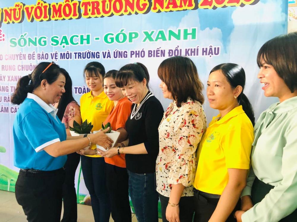 Bà Lương Thanh Trúc- Chủ tịch Hội LHPN quận 6 trao tặng hội viên những cây xanh trang khí làm đẹp không gian nơi làm việc, gia đình