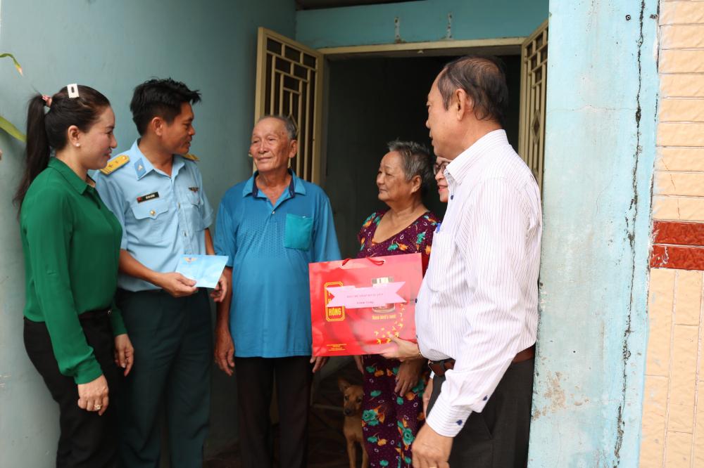 Trong sáng 18/7, trung tá Hồ Kim Quảng (thứ 2, từ trái qua) - Phó Chính ủy Trung đoàn 263 - cũng đã cùng đại diện Hội LHPN, Hội Chữ thập đỏ quận 9 đến nhà thăm hỏi sức khỏe, trao quà cho các cô chú thương binh, gia đình chính sách trên địa bàn phường Phú Hữu.