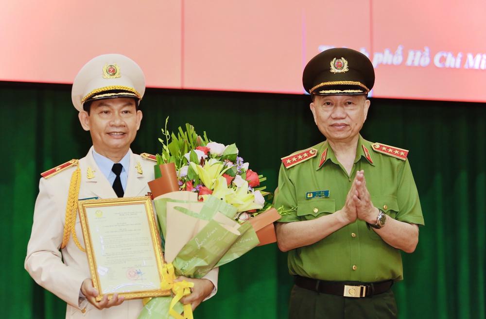 Đại tướng Tô Lâm thừa uỷ quyền của Chủ tịch nước đã trao quyết định cho đồng chí Đinh Thanh Nhàn - Ảnh: CA