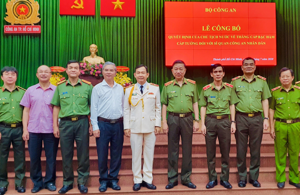 Bộ trưởng Tô Lâm, Thiếu tướng Đinh Thanh Nhàn cùng các đồng chí lãnh đạo, đại biểu chụp hình lưu niệm - Ảnh: CA