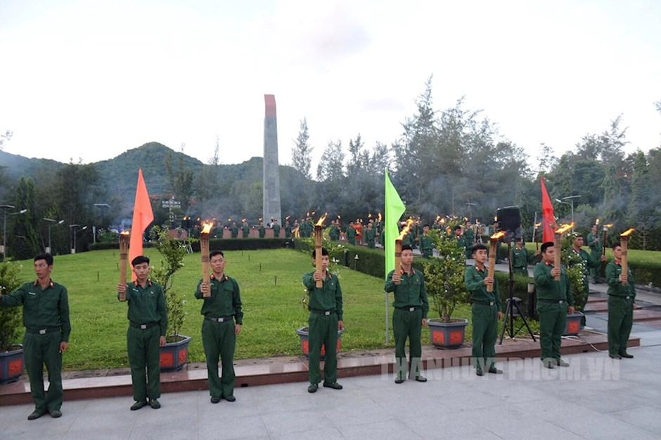 Đoàn viên, thanh niên TPHCM và Bà Rịa – Vũng Tàu dâng nến tưởng niệm các anh hùng liệt sĩ tại nghĩa trang Hàng Dương
