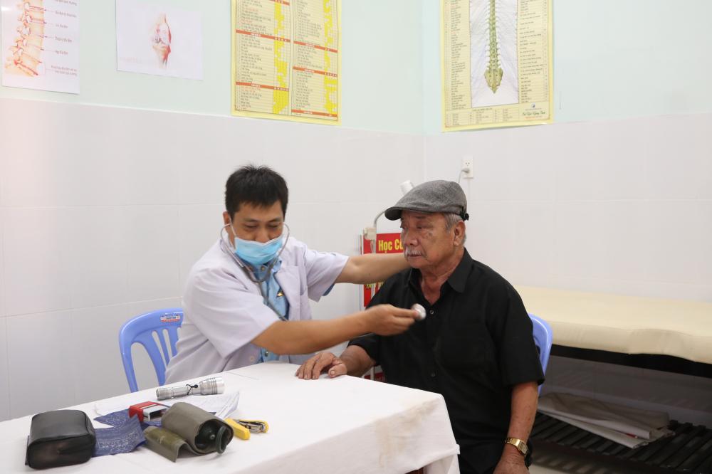 Các bác sĩ tận tình thử đường huyết, đo điện tim, siêu âm và khám bệnh cho bà con.