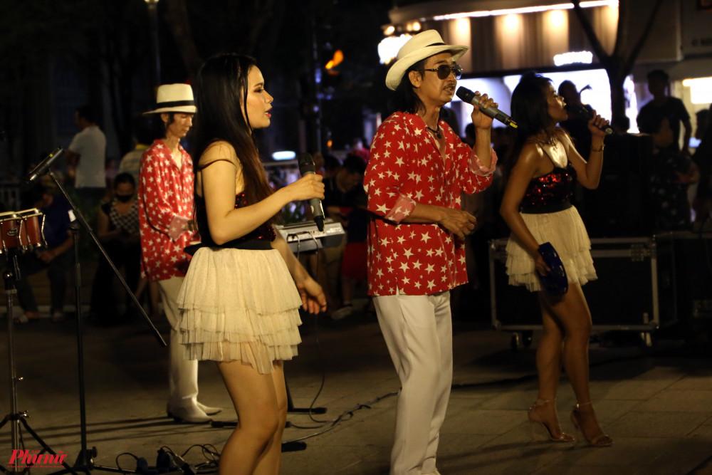Ban nhạc Flamenco GYPSY mang đến chùm ca khúc sôi động với những điệu nhảy bốc lửa. Hai nữ nghệ sĩ giao lưu tốt với khán giả, liên tục khuấy động không khí.
