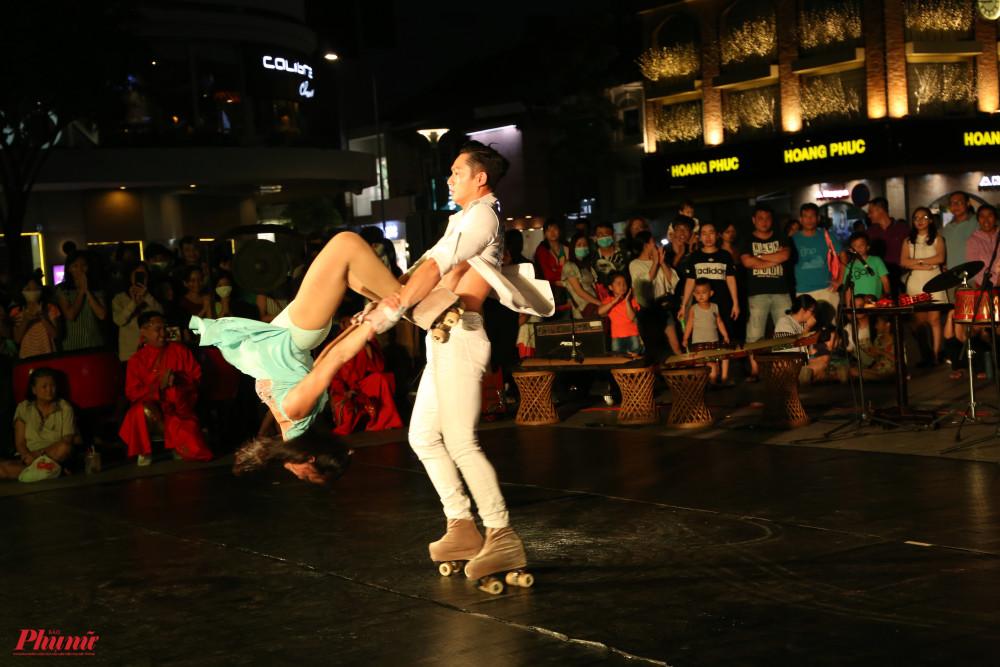 Thanh Hoa, Phước Hiển trình diễn tiết mục Patin đôi nghệ thuật với nhiều kỹ thuật khó, nhiều cú xoay làm thót tim người xem.